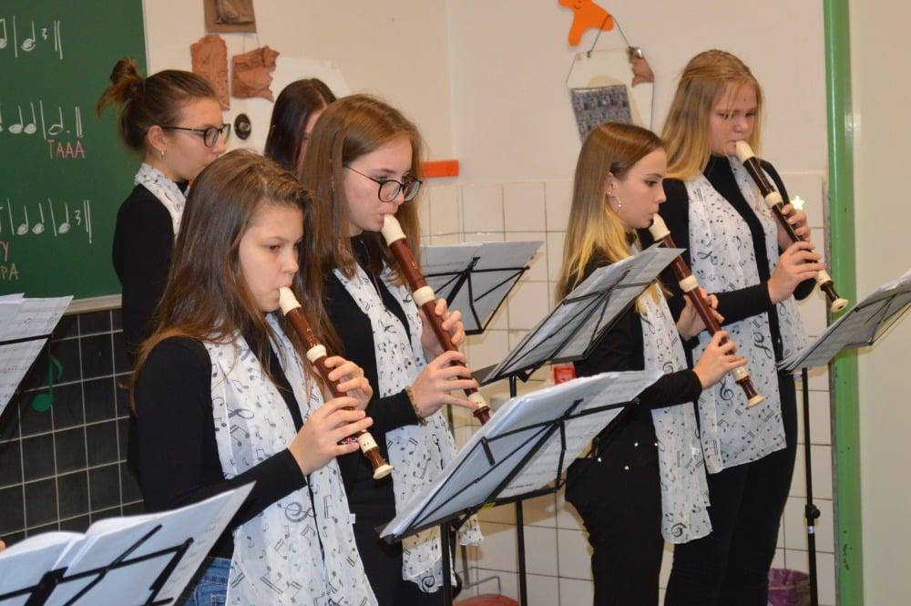 děti hrají na flétny
