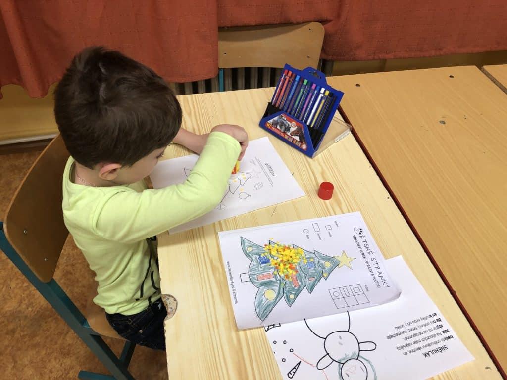 dítě kreslí