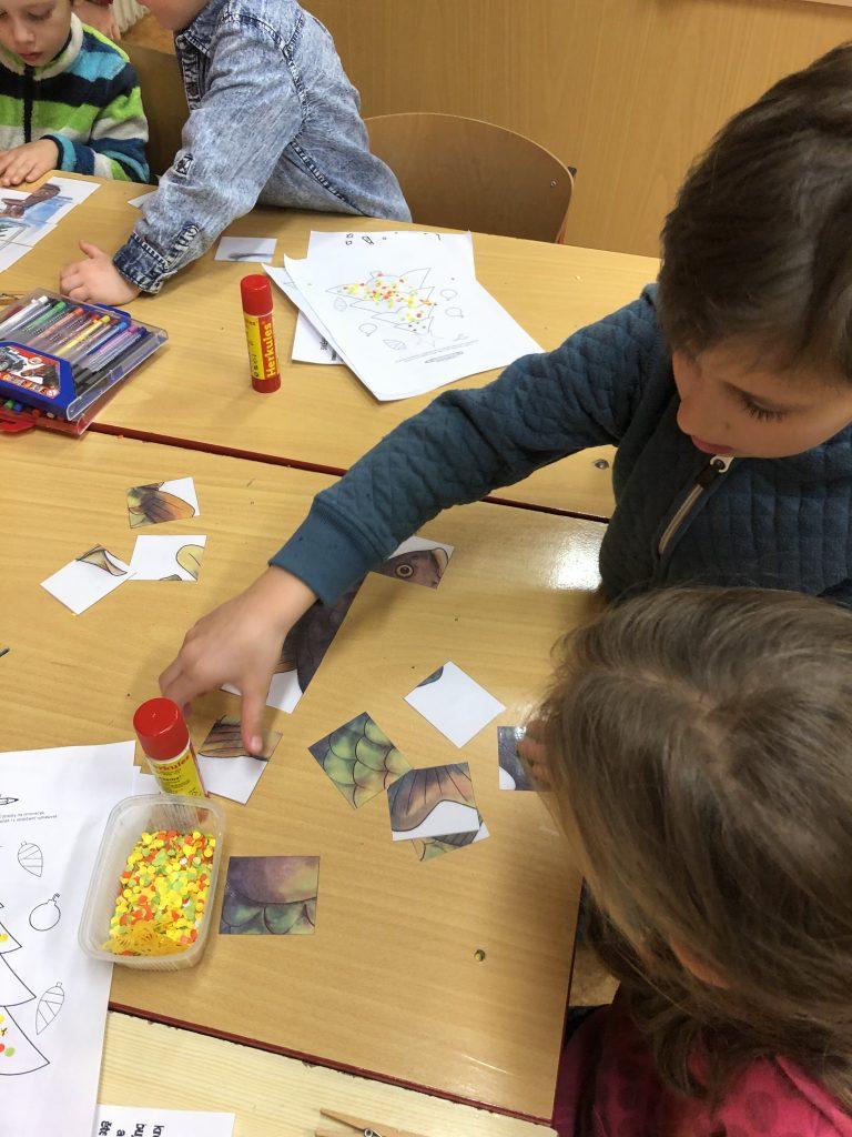 děti skládají puzzle