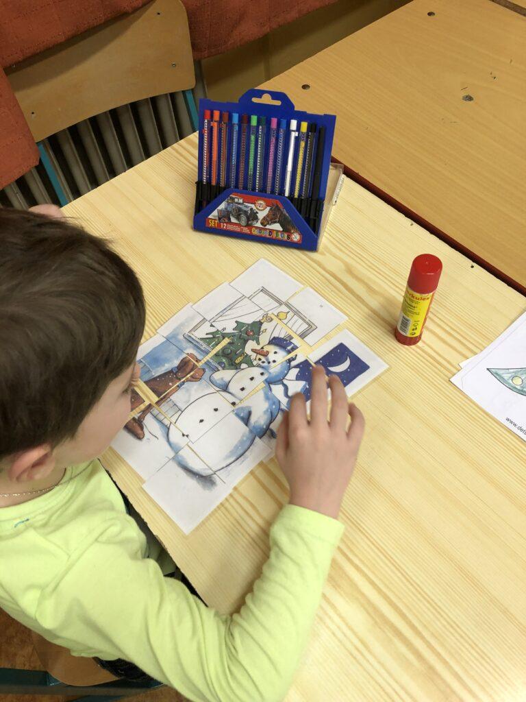 dítě skládá puzzle