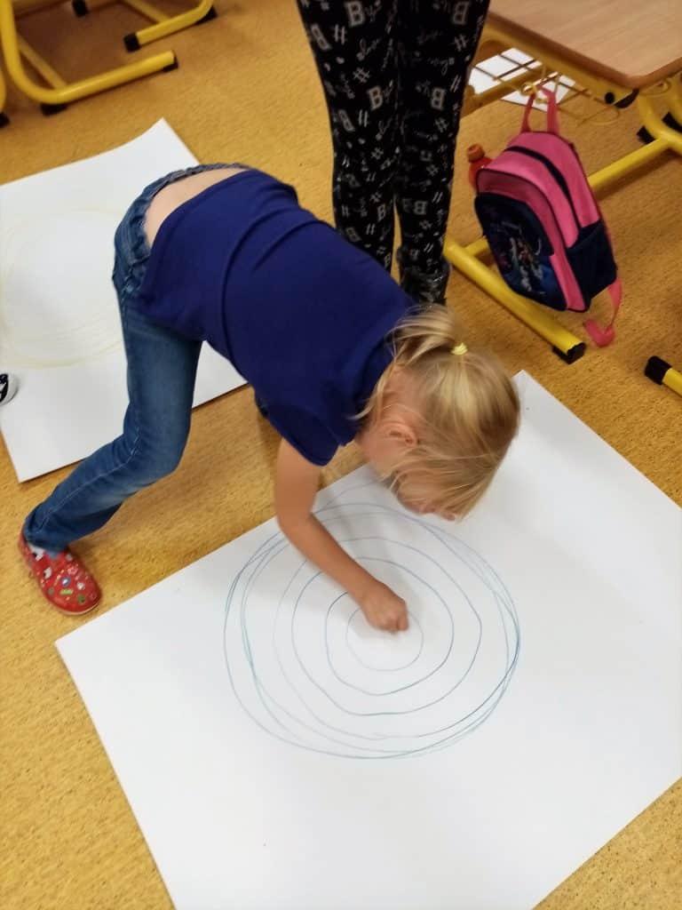 dítě kreslí kruhy