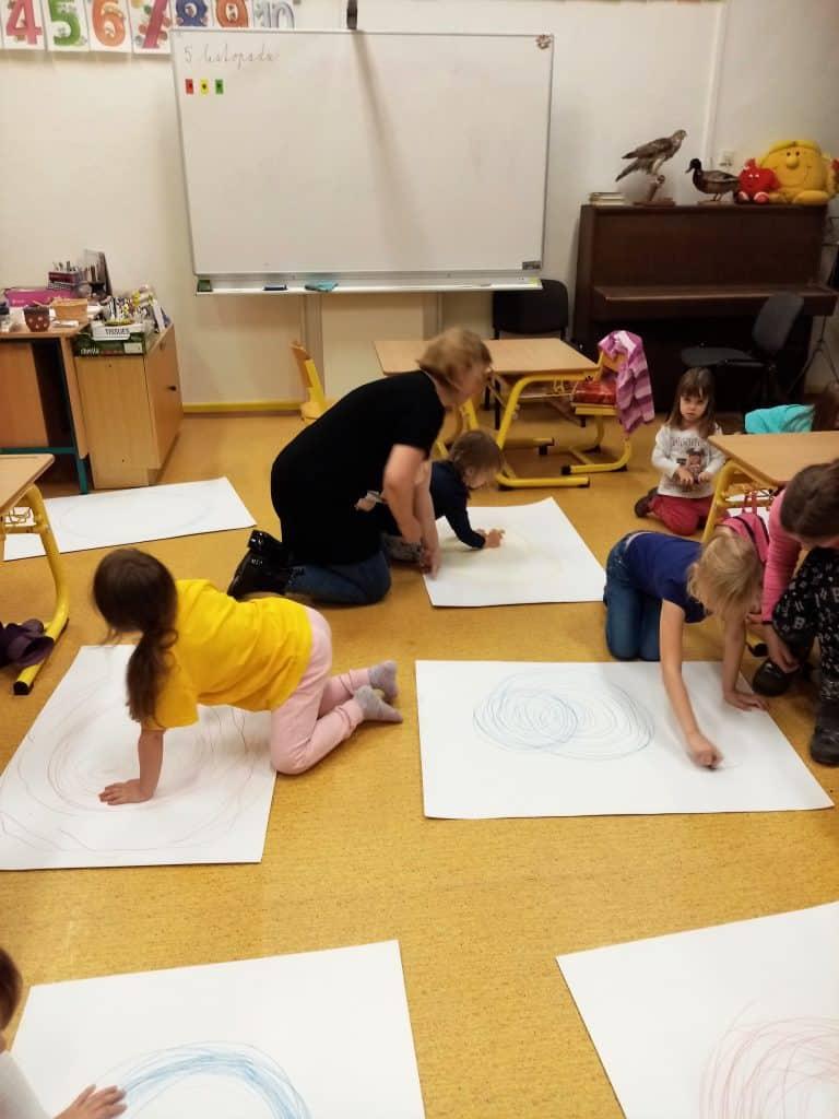 dětí kreslí na podlaze