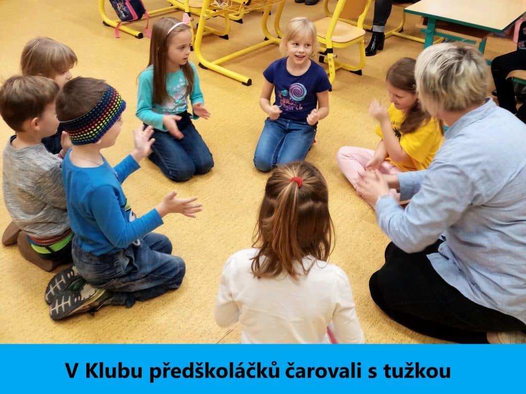 děti tleskají a cvičí