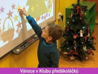 dítě a vánoční stromeček