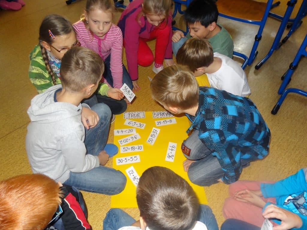 děti řeší matematické úlohy