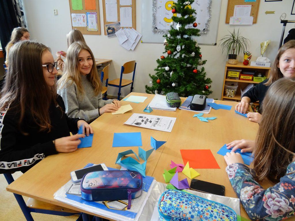 děti skládají origami