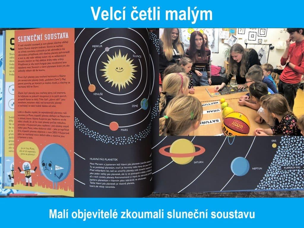 děti čtou knihu o sluneční soustavě