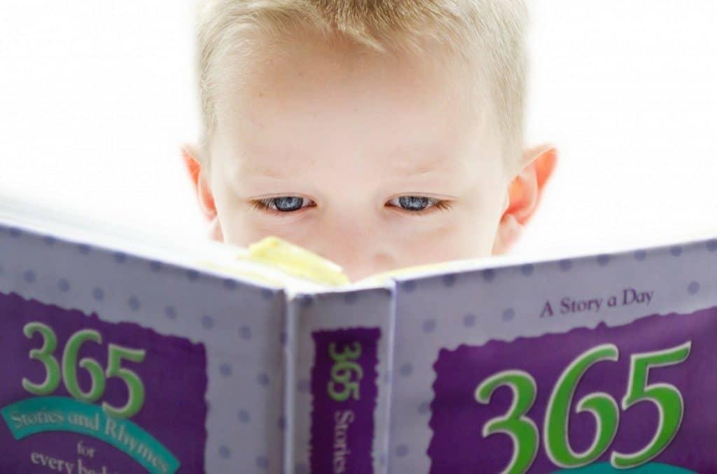 chlapec čte knihu