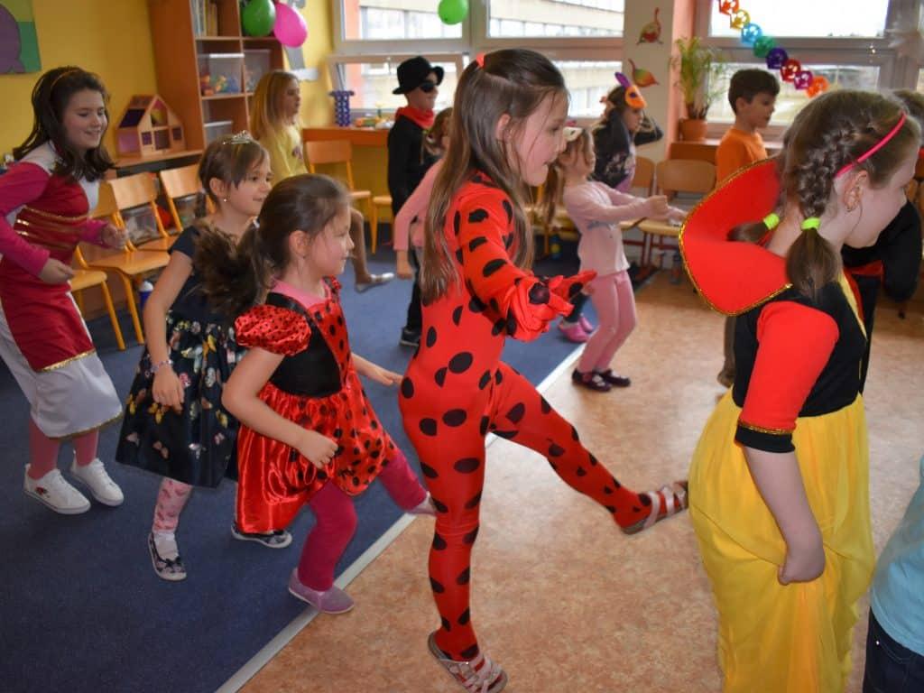 děti v maskách tancují