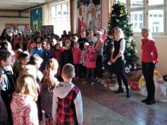 děti a strom ve vestibulu školy