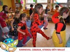 děti v maskách tančí