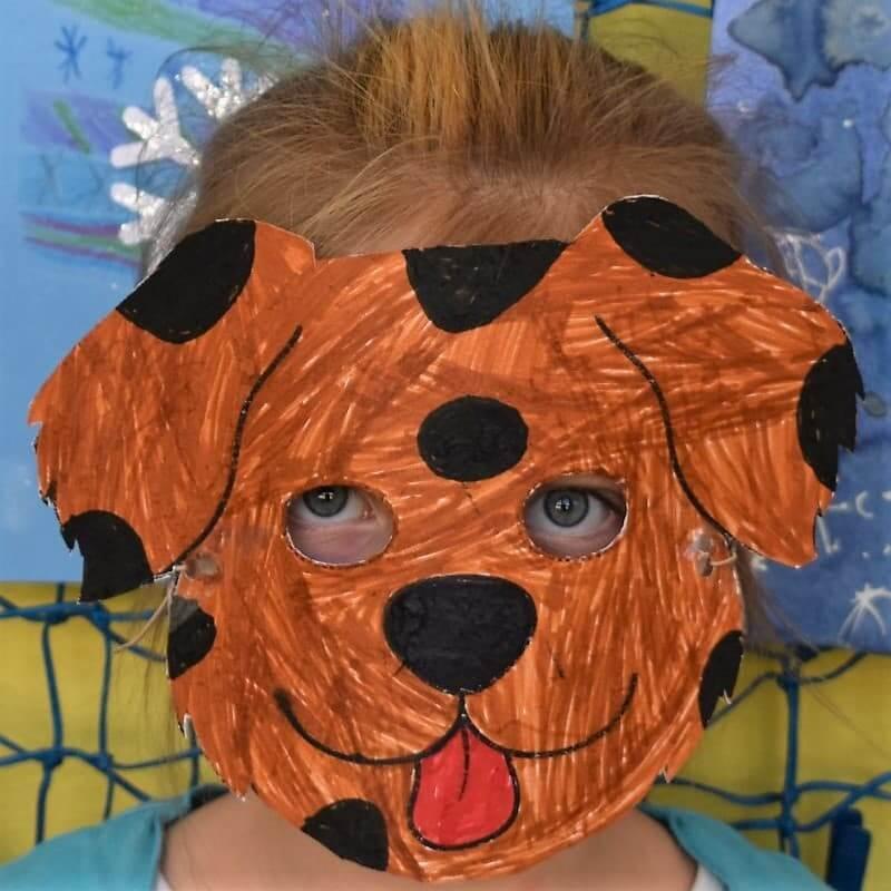 dítě v masce psa