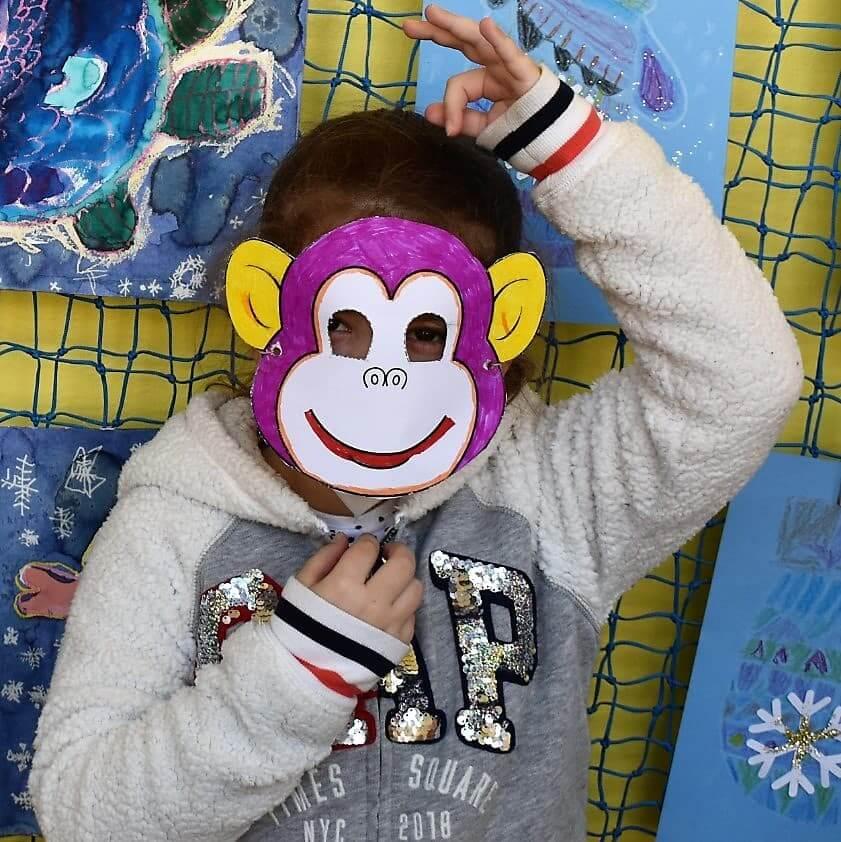 dítě v masce opice