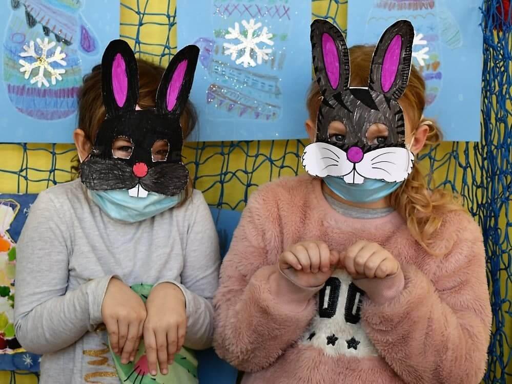 děti v maskách králíka