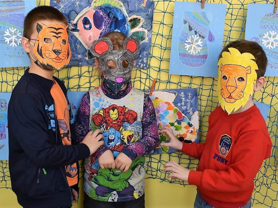 děti v maskách tygra, myši a lva